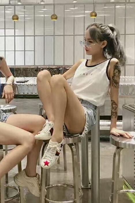 社会女衣服快手网红周周小可爱猪有蹄同款字母吊带背心女夏季韩版宽松