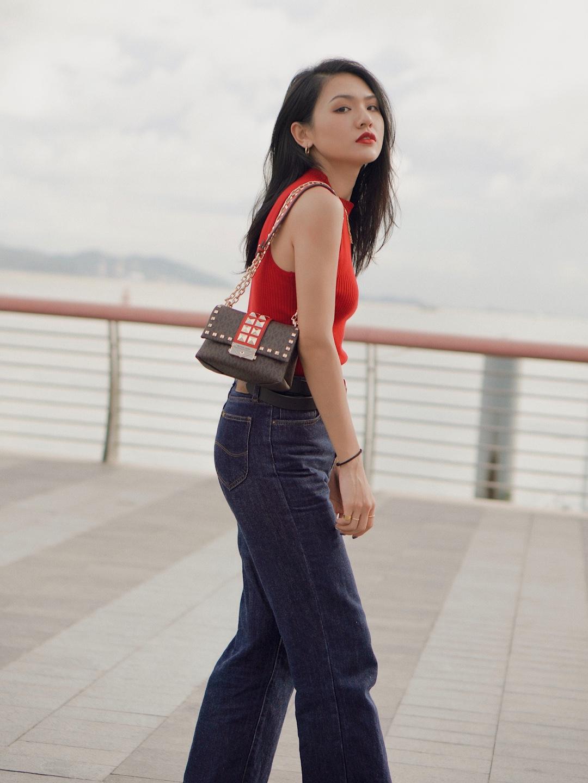 出行放松我会选择最舒适的穿搭,背心和牛仔裤就是我最日常的搭配。 · 红色的针织背心其实会很显白,黑黄皮完全不用怕红色!显眼又显气色的颜色! · 牛仔裤是我觉得版型最好的基础款,穿过很多次还是很爱。修饰腿部线条,舒适伸展,穿牛仔裤是我最自在的时候。 · MK的这个包太适合背去跳Disco,看完乐队的夏天好想去音乐节。采用monogram加铆钉的设计,在简约的look上又小面积的吸睛,另外包包上的一点点红色,跟衣服颜色是呼应的。属于搭配上的一点小心机! · 靴子其实是一双长靴,搭配在牛仔裤里完全没问题,今年很爱穿西部靴子,舒适又有型。 · 整套look是简约复古却有重点的。 · 背心:Mango  裤子:Lee Vintage Modern  靴子:Zara 包包:Michael Kors #中秋三天出游穿搭全攻略#