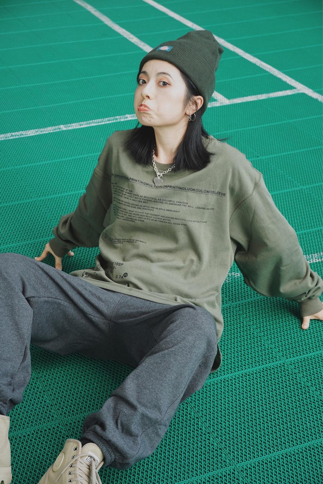 #女生必须尝试的5种风格#   酷盖穿搭法则当然是休闲运动风最省事儿~  秋天到了,也该穿上卫衣卫裤了!