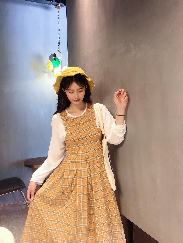 #教科书式秋季女友穿搭# 可爱的学院风穿搭 背带裙的款式方领背带的设计很有风格哦~ 格子的款式很好看啦 学生气感觉十足哦 内搭上长袖内搭 很适合初秋的微凉的温度啦 搭上百褶的黄色帽子 同色系的颜色搭配 很协调很呼应的风格 一套搭配很漂亮啦