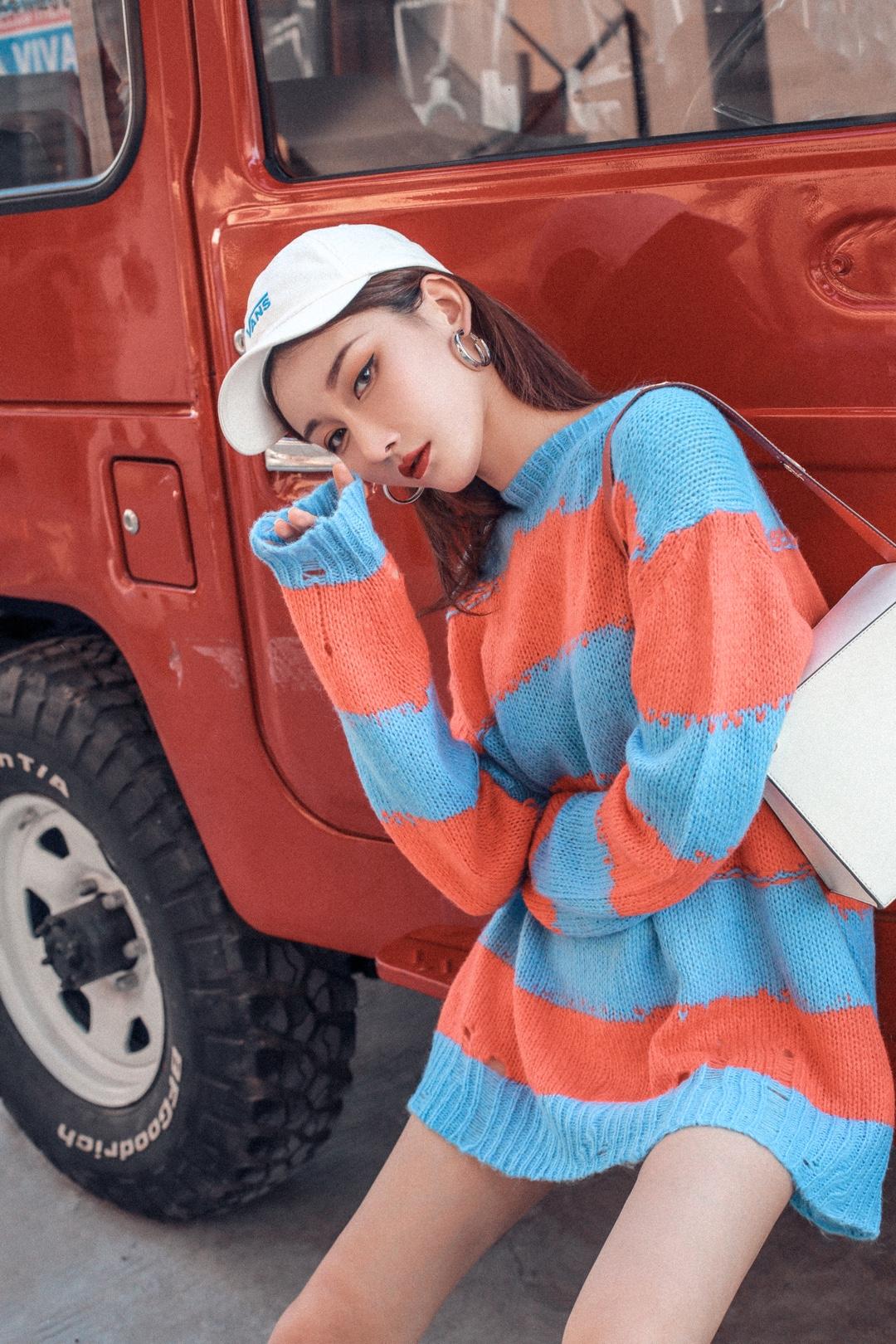 橙🍊与蓝🌊 撞色的秋冬LOOK 近期很爱的毛衣  拍照逛街夜宵都穿它 OOTD: 毛衣:Acne Studios 鞋:Fila 包包:DanseLente 帽子:Vans #150cm+进!冬季显高有口诀#