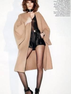 Freja Beha Erichse,超大的一件呢外套,搭配了高腰短裤,大长腿露出来好性感!