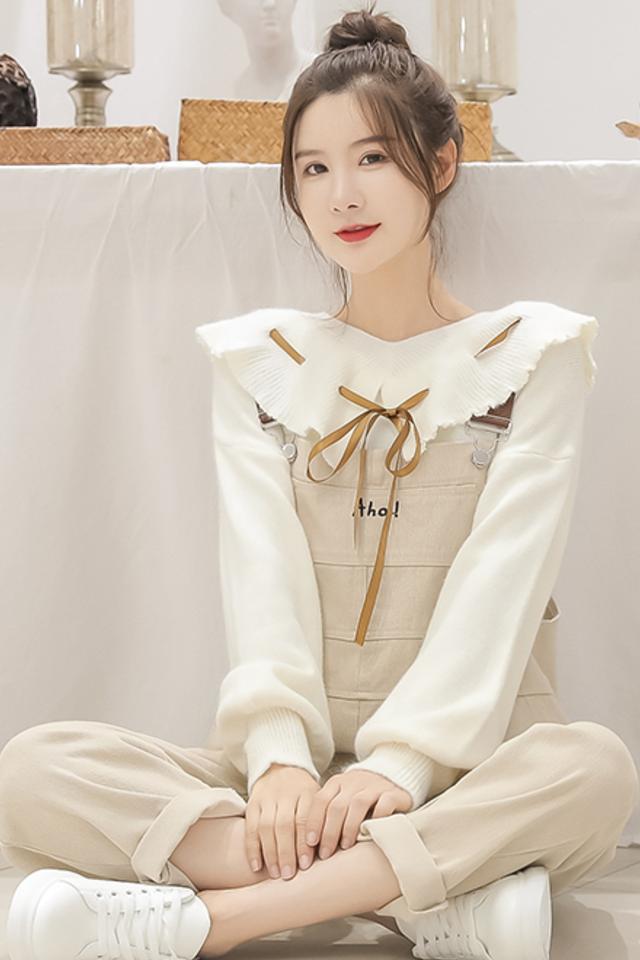 2020秋冬新款韩版洋气减龄牛仔背带工装裤女+娃娃领毛衣套装