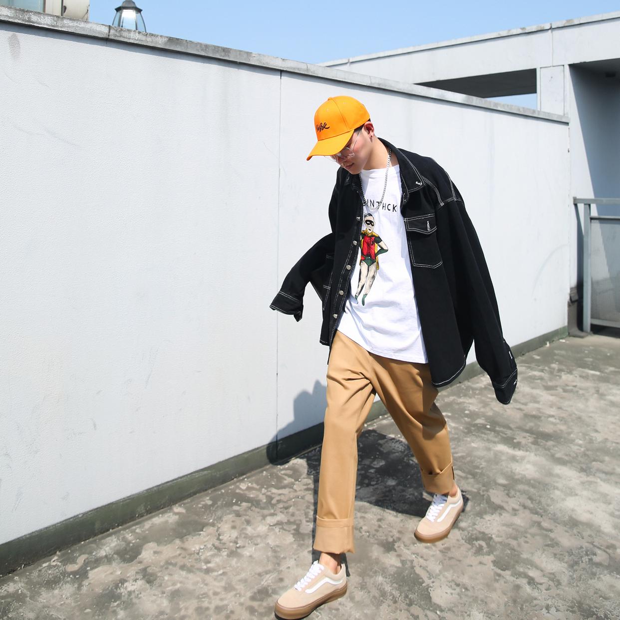 #最爱oversize#炒鸡宽大的牛仔衬衫外套+可爱印花T恤+休闲裤+vans板鞋。酷与趣味可爱真真是不冲突啊!