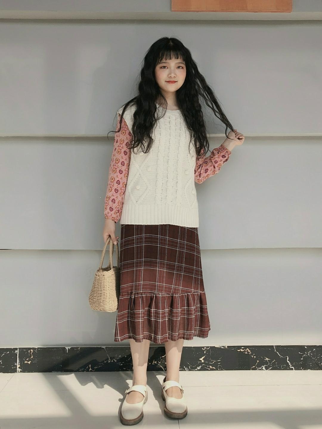 小碎花的打底,搭配暗红色格子鱼尾裙,chic风的草编包包,再加一个毛衣马甲就可以又美又暖和的去逛街啦~#毛衣马甲背心#