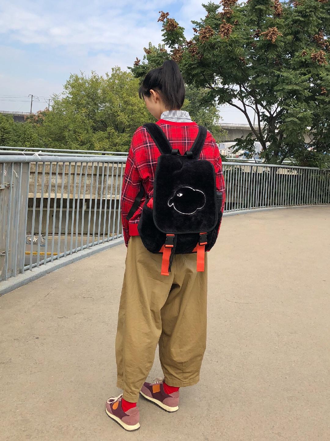 Vol.133 红格子卫衣超级显白 试衣间试了之后就决定拿下了 可复古可童趣可休闲 今天搭配了一条阔腿裤 和拼色拼接运动鞋就是很舒服的一套啦~#丢掉黑白灰,来一剂撞色调味#