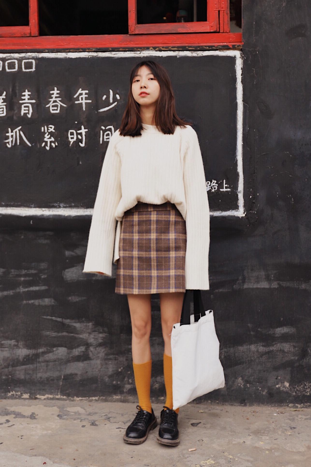 #冬天的光腿秘籍#  白毛衣才是清纯学院风的必备单品  Hello大家好,这里是大鱼穿搭测评第440期,这一期和大家分享的是白色毛衣穿搭。  ❤️身高体重163|43,给大家做个参考。  ❤️感觉又是好久没有分享穿搭的节奏,最近因为在忙着拍拍拍,所以更新慢了点,不过我会坚持分享好看的衣服给大家的哇。 比如今天这一套就是我很心水的搭配,格子裙➕白毛衣简直是心头好,短款格子裙,薄款呢子面料,试穿S码合身,显瘦提臀,适合小个子的宝宝。 上半身的毛衣是柔软的羊毛,宽松长款,烟管领修饰颈部线条,袖子大大的长长的,卷起来无敌好看,很韩风日常百搭款啦。  ❤️喜欢记得给我点赞留言哦!!