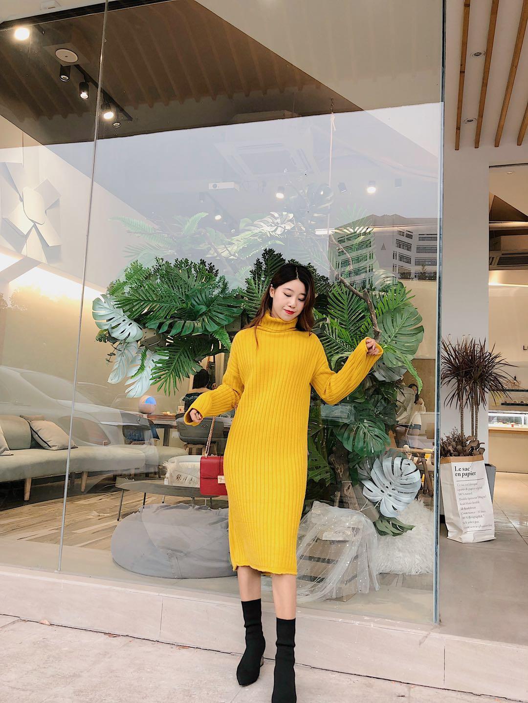 #今年谁还嫌弃麻花毛衣#毛衣裙真的是懒人必备,一套就可以出门了,还特别显高显瘦。这次给大家推荐的就是这款毛衣裙啦。 自从我尝试过一次姜黄色之后就无可救药的爱上这个颜色了,怎么会有这么显白显气色的颜色,本人是黄皮,但这个颜色对我真的非常友好,怎么穿怎么好看。裙子是高领的,面料摸着也是很柔软,贴身穿完全没问题。再配个撞色小包包。美!