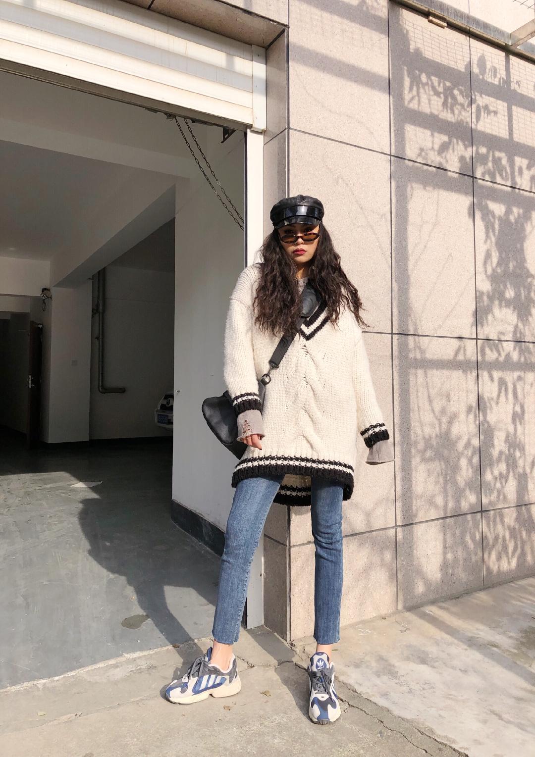 """#大一号就是我的""""移动被窝""""# 白色的大V領毛衣简直是显瘦神器 在ZARA的粗针毛衣织法很时尚 但是质量真的不敢恭维哈哈哈 也就能穿一个样子 但是这种大大的毛衣是真的显瘦 加上我带了摩登帽 一帽解千愁 走哪都是摩登都市街拍女孩 顺便背了一款大包包这样就显得人比较娇小 运动鞋不能少"""