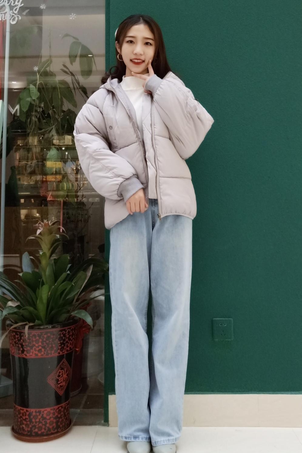 #显高显瘦# 灰色系的面包服保暖好好呦~今年大部分的衣服都是灰色系~给人一种温柔的感觉呢~口袋的设计也很独特啦~浅蓝色牛仔裤搭配的刚刚好~炒鸡显腿长呢