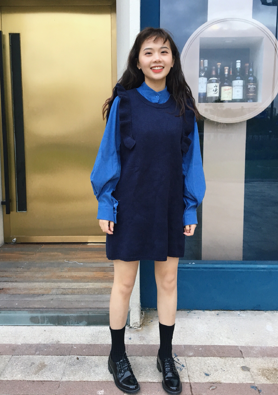 #自古粉蓝出CP#韩系少女 这一套是我衣橱里近来最受欢迎的一套搭配 韩系少女感十足!!穿上然后披肩发或者跟我一样烫一个泡面卷 就是韩剧女主角的感觉耶 里面的衬衫其实比较厚 属于版型修身设计 搭配一个藏蓝色的毛衣裙 色系上特别舒服 加一双小皮鞋英伦风 超级俏皮呀!