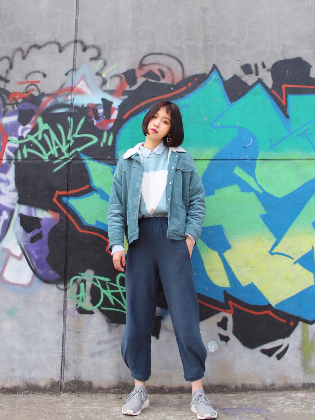 体重直降两位数的蓝色系穿搭指南 #这届棉服真的太好穿了!# 外套是蓝色灯芯绒棉袄,内搭是背心+衬衫的组合,下身搭配的藏蓝色萝卜裤实名安利,太遮肉太显瘦了!喜欢运动风可以和我一样搭配运动鞋,整体休闲舒适,显瘦100分!  蓝色棉袄:塔卡沙 💰456  裤子:优衣库 💰399  毛衣:欧时力 💰655  鞋子:阿迪达斯nmd 💰1499