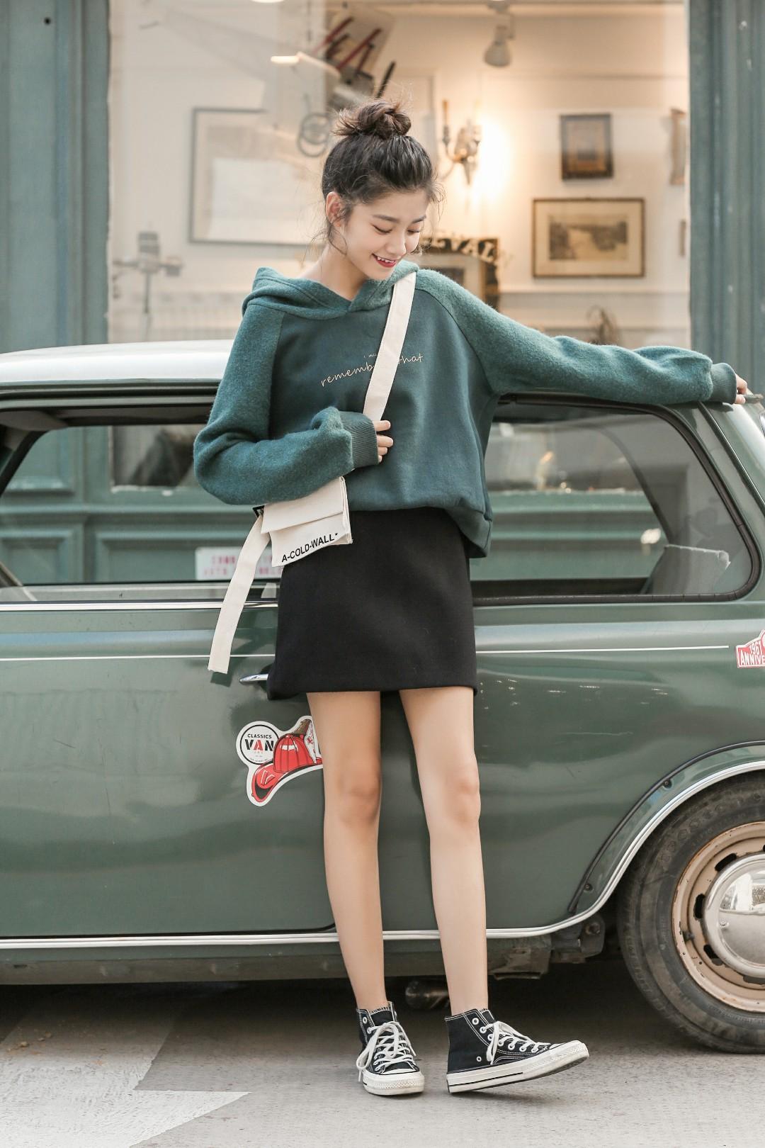 巨显高的短款卫衣给你种草✌ 小个子MM也可以hold住的一款💕 拼接插肩袖减弱肩线感一点也不显壮哦。 这个绿色也很别致,简单搭一条半裙显高又吸睛✨很减龄的一套穿搭造型哦#快时尚年终促销,做你的私人代购#