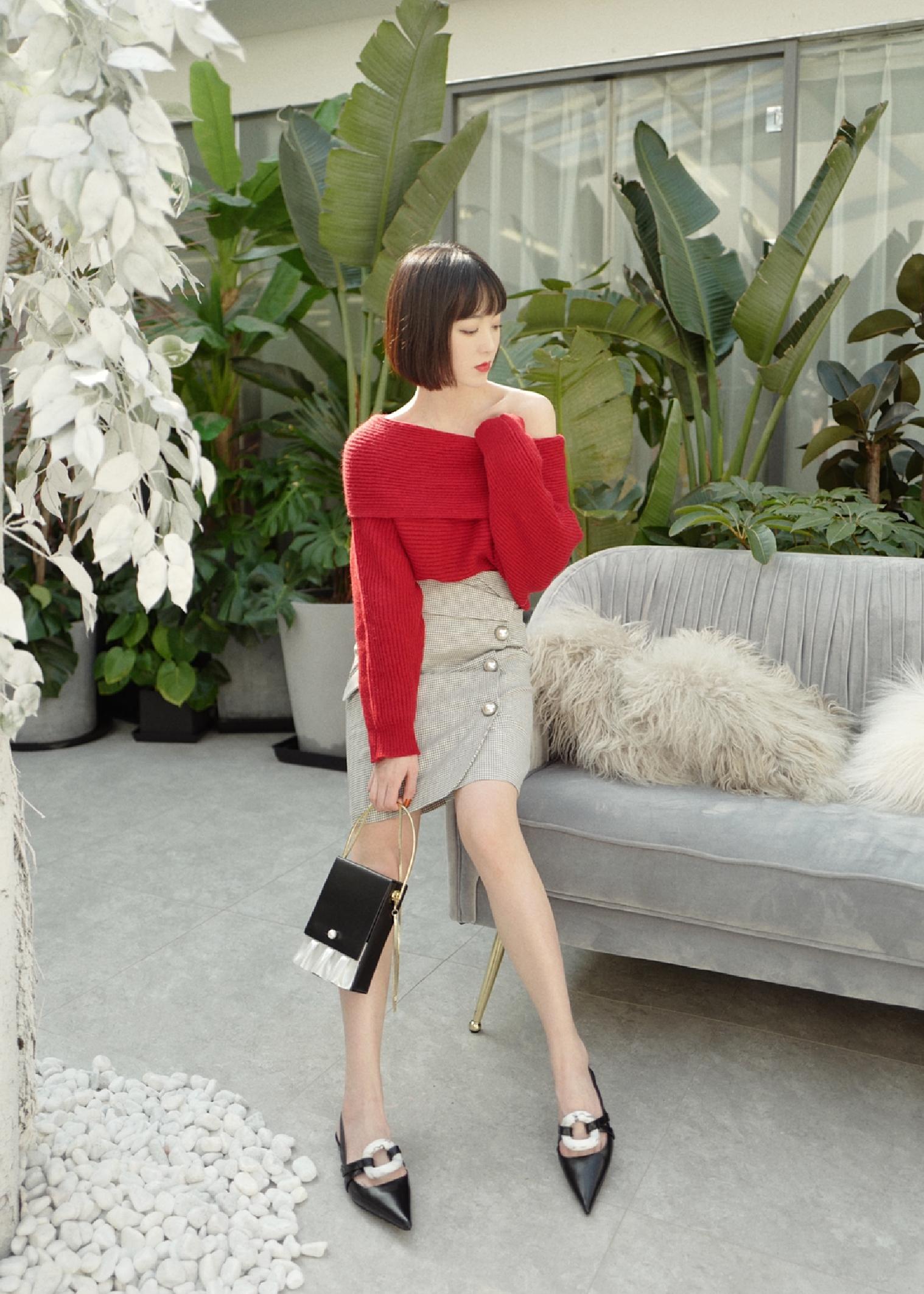 马上就要迎新年过春节啦~今天奉上一套过年红毛衣look!最爱一字领大毛衣,既保暖又时髦,露出锁骨散发迷人魅力,搭配精致的高腰格纹裙,修身显腿长哦!温柔又小露性感的styling❤️#本命年的红,这样穿才好看~# 毛衣:MOOD X MIURA 裙子:MOOD X MIURA 包包:KITAYAMA北山制包所