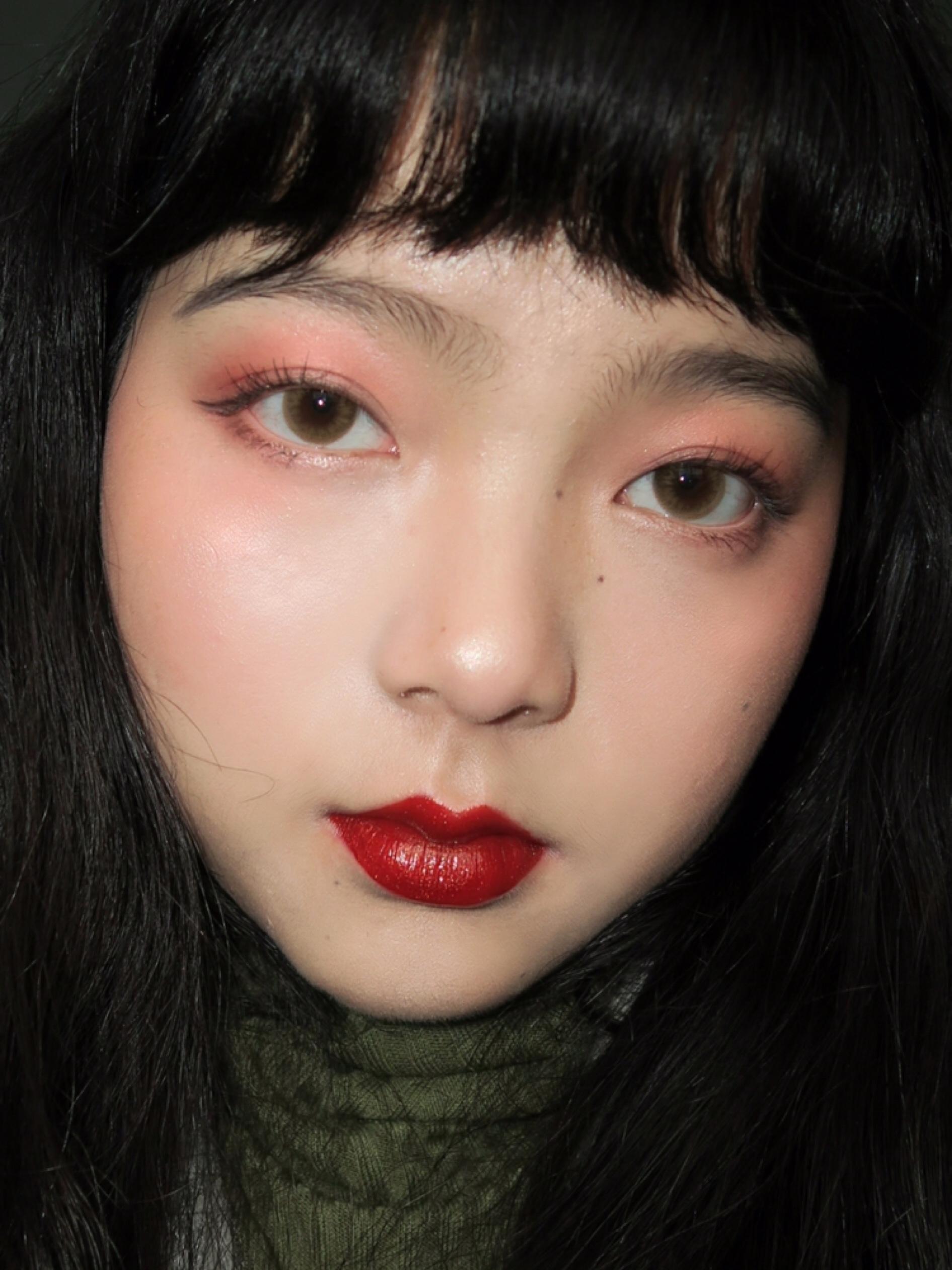 #开运妆让我红包拿到手软# 一个适合拿红包时候画的妆容分享给大家~ 底妆🌟️:BOBBI BROWN气垫,选用比较轻薄的气垫,轻松打造自然好皮肤~ 眼影🌟️:直接拿粉粉的腮红扫在眼皮上~非常可爱哦 眼线🌟️:kissme的眼线笔,稍稍往下延长眼尾,打造出无辜感~ 眉毛🌟️:只稍稍延长一下眉尾,自然的野生眉就OK了~ 腮红🌟️:主要扫在眼下,看起来有一种微醺的感觉 口红🌟️:木旯的镜面唇釉316,一只带闪的镜面唇釉 非常有锦鲤的感觉 这个可爱无辜感又锦鲤的妆容保证让亲戚见了你忍不住多给一点红包🙈