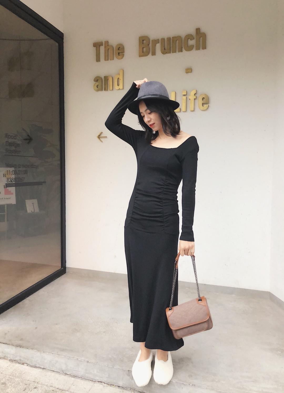 #这腰身,好想涌有!# 一身黑色褶皱连衣裙搭配棕色链条包 大方领的设计很显瘦呢,后面也是方领噢,一点点小心机,让你时尚up up~黑色也超级显高级的,这款连衣裙腰身的褶皱很是遮肉,过完年也是胖了几斤,但却真真的一点儿也看不出来呀。配上棕色的链条包,灰色粘毛礼帽,很随性但却一点都不随意~