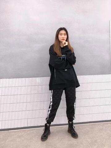 julie look & 173cm 54kg 整套衣服是运动休闲风 穿着很舒适 因为衣服的版型比较大 所以里面可以塞毛衣哦 很适合早春的天气 我最喜欢的就是卫衣前面大大的口袋了 可以塞下手机和充电宝 太赞啦!裤子是速干面料 上面的暗纹很显档次#MOGU STUDIO#