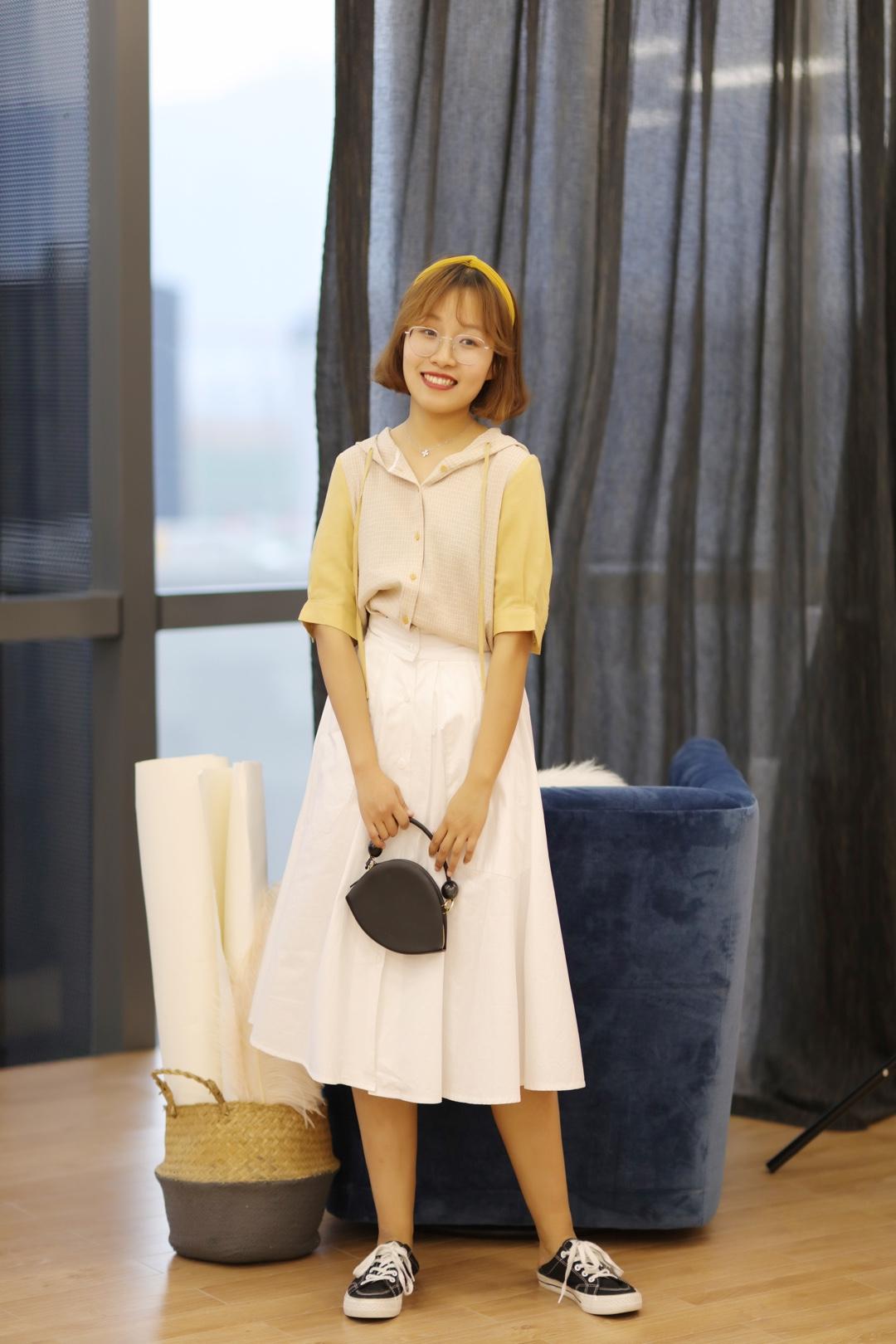 #好天气,就该穿得美美出去踏春!#  💛这件上衣就是很学生风的那种,很显嫩哇! 💛搭个白色半身裙, 有点儿八九十年代大学生校服的感觉~ 不过真的很美~ 就是现在穿着上学都很ok的! 💛一身颜色都比较浅, 所以小黑用了一双黑色鞋子来搭配! 如果还是白色鞋子的话就太素了, 有个颜色对比~ 💛包包和鞋子做个颜色呼应哦~ 要不然黑鞋还是会有点儿突兀的!