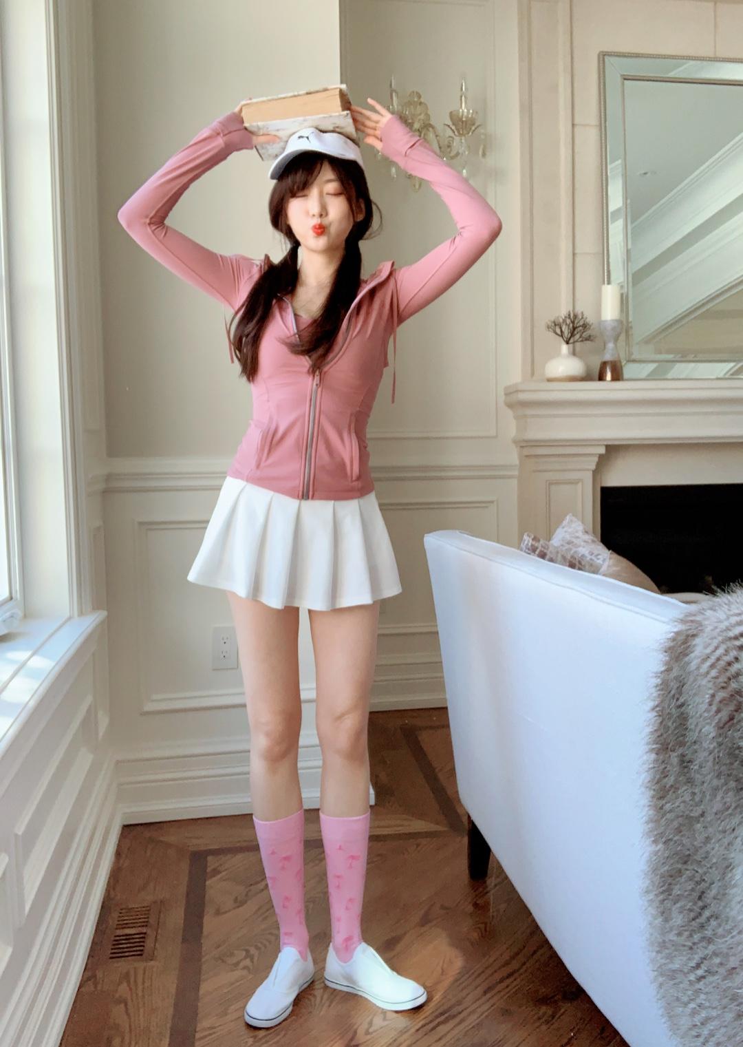 #短外套+裙装=显高显美!# Lululemon粉色少女look: 最近逛Lululemon发现2019春季新款出了连帽rose pink运动裤衫,可以生热保暖的材质,最重要是比去年的裁剪短了5cm,更显腿长哦~ Top-Lululemon运动胸衣是我自己配的 不是一套哦 要单独买 但是很搭很显身材~ Bottom-因为粉色上衣不好配衣服 下半身我选择白色百褶裙 更添少女气息! Shoe-RRL鞋子是winners打折买的 不要太划算~! Hat-运动帽是puma去年版,也是在winners买的,only$19.9 折合人民币100¥左右 果然去名品打折店定期淘货是正确的选择~赚到了!
