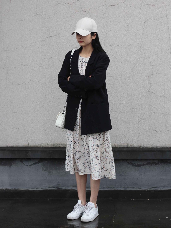 #听说春天和小碎花很配哦!#春季不知道穿什么呢,那就试试碎花裙配黑西装吧,白色和黑色相碰撞,一身时髦又简约,关键西装的料子超舒服哦,快穿出去美美的出游吧!