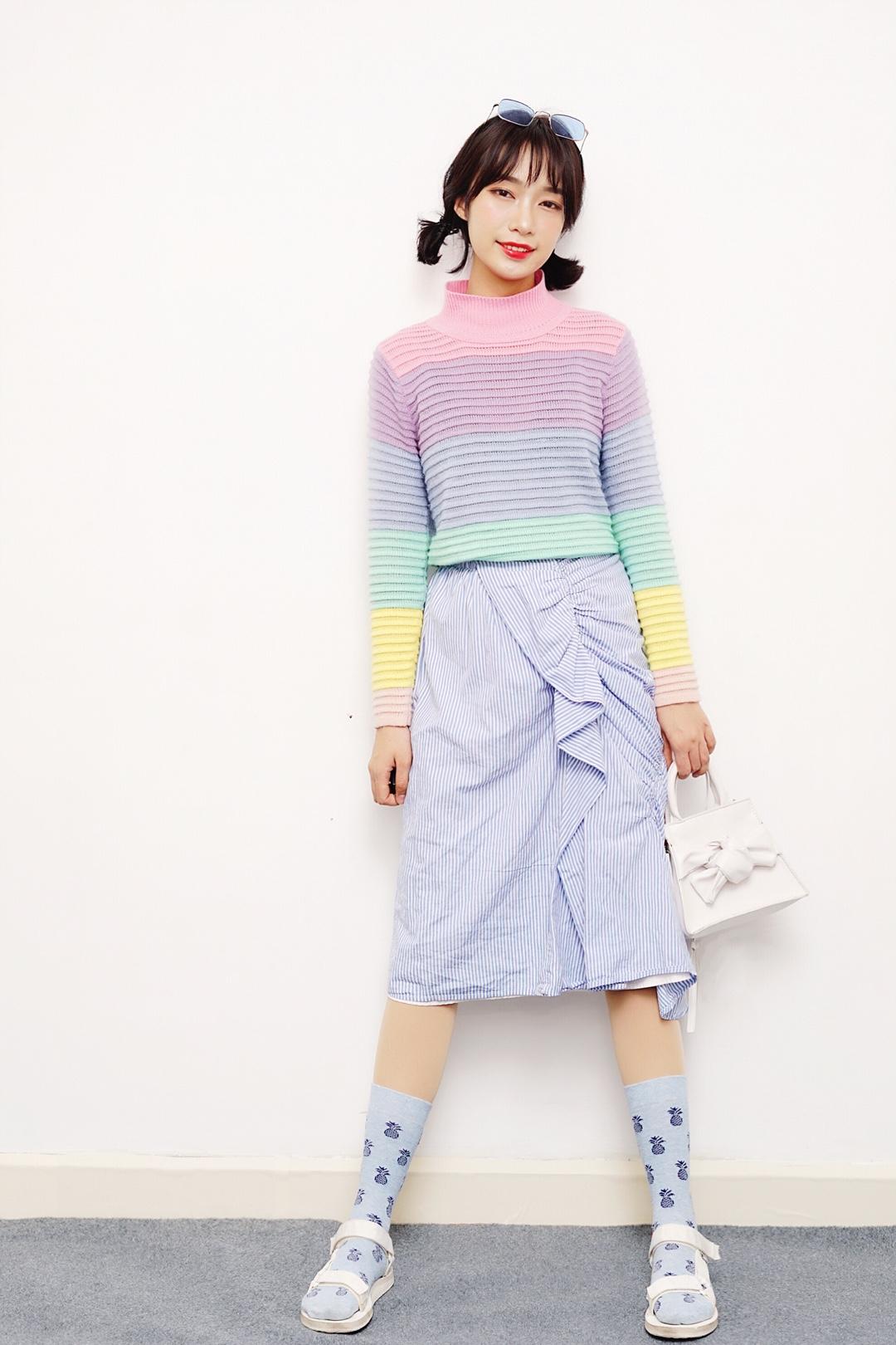 #马卡龙色开启霸屏模式!# Hi~姐妹们我又来啦,今天给大家继续推荐一套我很喜欢的马卡龙色的穿搭,上衣我选择的是今年春夏潮流元素之一的彩虹针织衫,第一次穿这么多种颜色的衣服,意外的感觉不错,我用了蓝色条纹不规则裙和蓝色的袜子来呼应针织衫上的绿色,整体呈现非常少女,穿腻了黑白灰想趁着春天玩色一把的姐妹们可以试试哦,会给你惊喜的~ Ps:凉鞋配袜子不一定土哦,很多潮人都喜欢用teva这款鞋子搭配比较有趣的袜子,会很出彩,意外时髦⊙∀⊙!