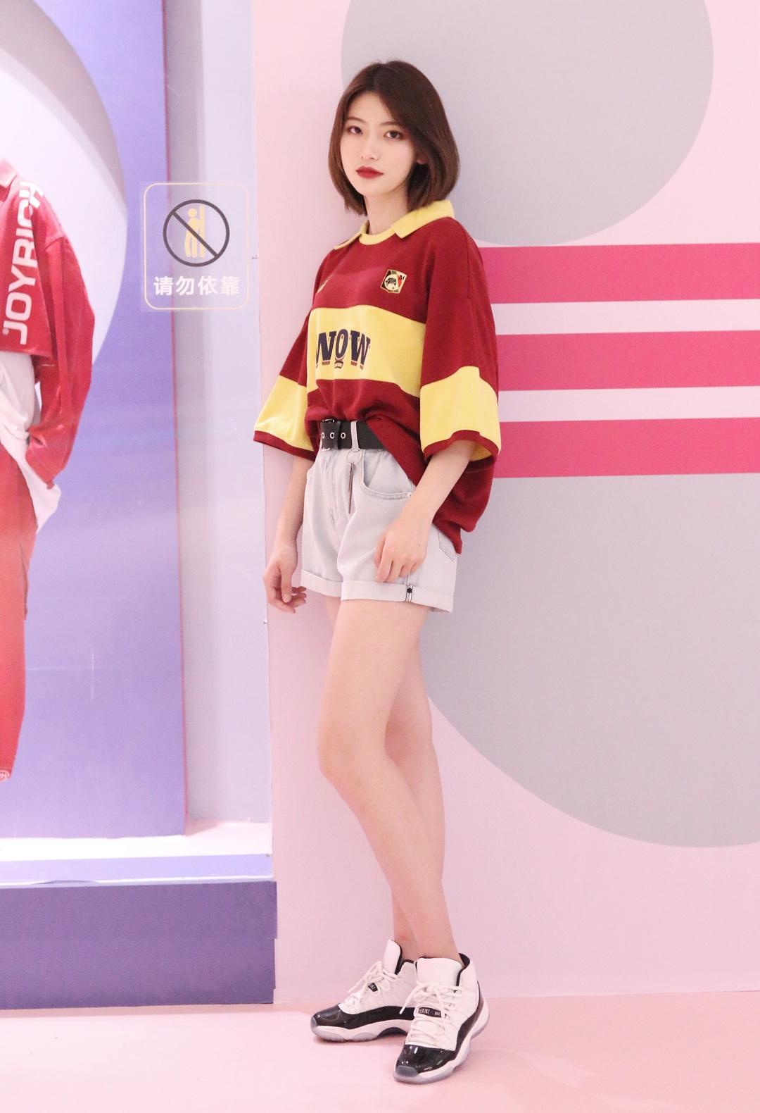 牛仔短裤搭配宽松的撞色T很有学院范儿,短裤的腰带下面有一串小钥匙装饰,让造型时尚指数直线上升,随意搭配运动鞋都十分起范儿。 #MOGU STUDIO x 杭州大悦城#