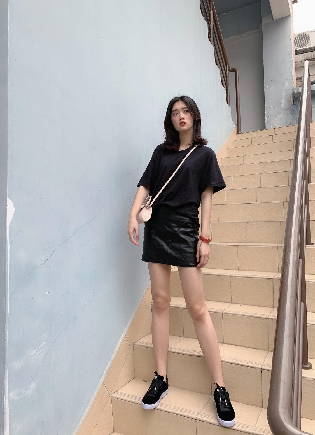 #最轻薄look,降温哪家强?# 黑色look一向是最显瘦的啦~ 简单的黑t和皮裙的搭配。 让人一眼看过来瘦5斤~