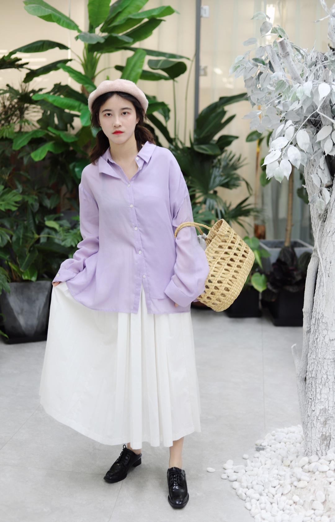 上身搭配一件紫色的雪纺衬 超级舒服的哦 而且很显肤色哦 下身搭配一条白色的半身百褶裙 超级百搭的哦 头上戴一顶粉色的贝雷帽 手上拎一个编织手拎包 脚上搭配一双黑色的皮鞋 这样一身搭配就很好看很甜哦 衬衫:0127 裙子:独立虫 帽子:四季青 #我的夏天够瘦够美够清凉#