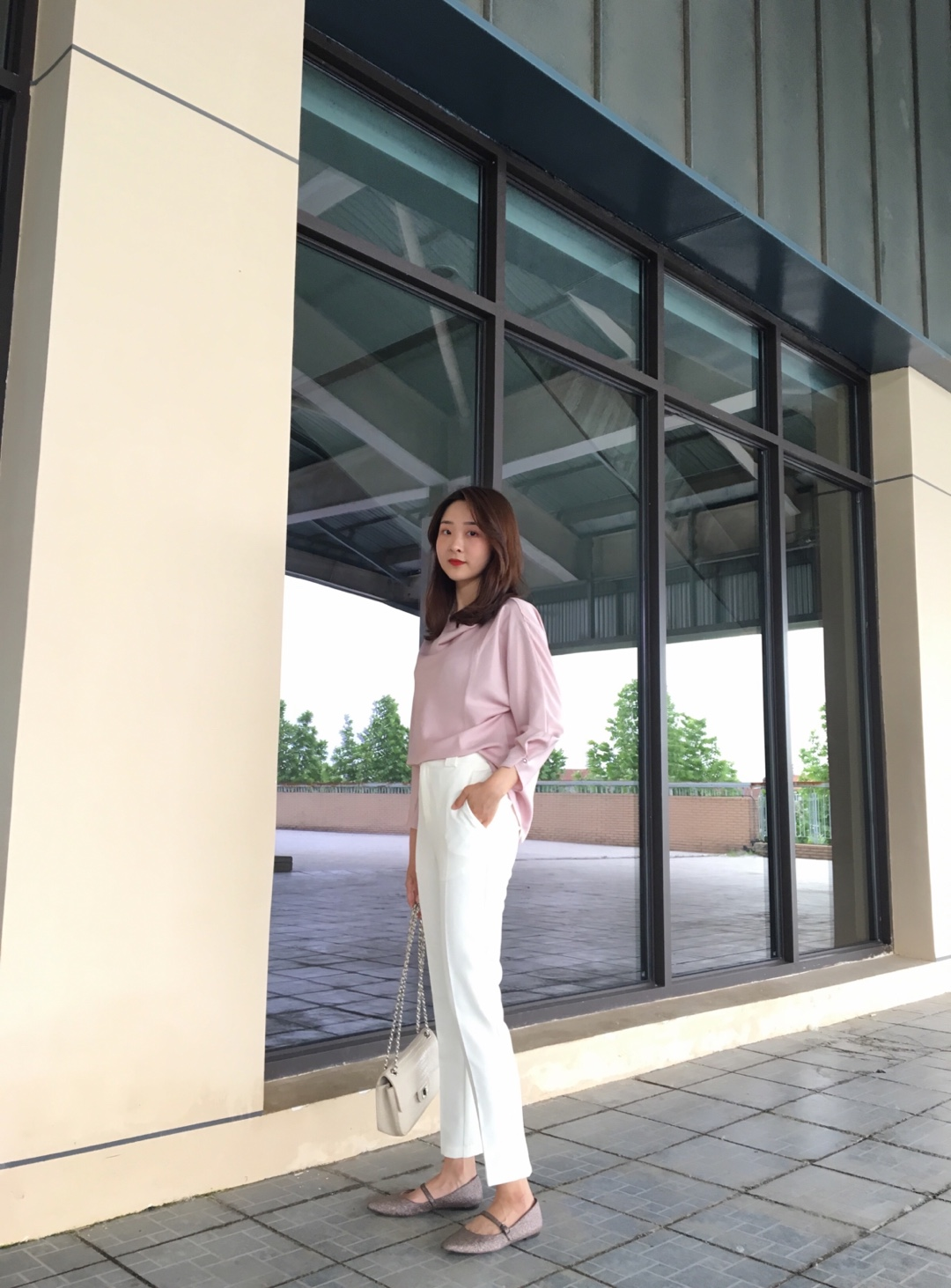 #干货!面试官的好感穿搭# 今日女白领(假的)~ 这个月要去面试教师资格证啦!😢买了这件上衣,是比较成熟的款式 但是因为它是粉粉的,也适合我这种少女啦! 下身穿一条很好搭的白色直筒裤,简约大气,面试老师看在我认真穿搭的份上可以让我通过嘛🤪🤪