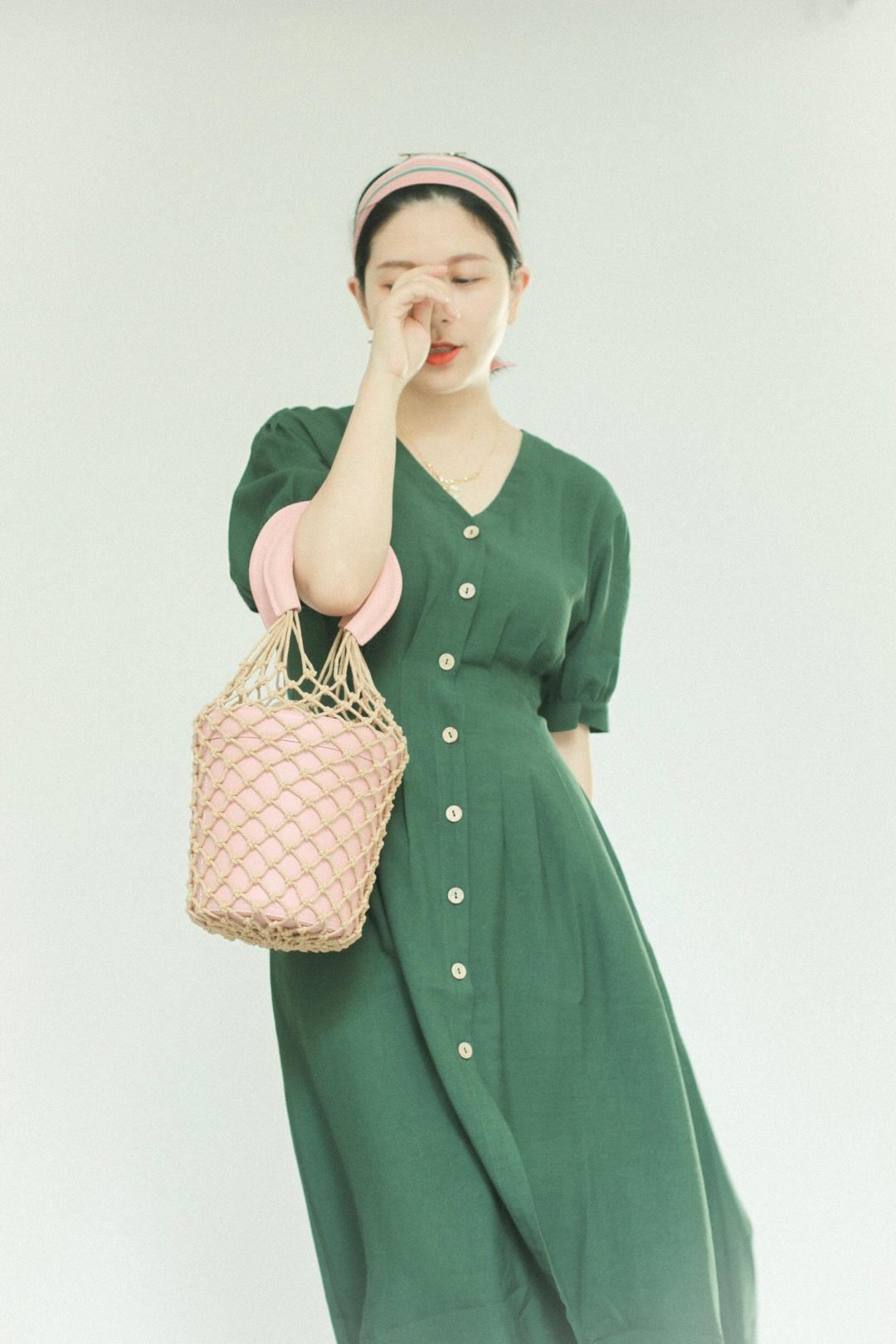 #盘点对梨形身材友好的裙子#  当绿色遇到粉色 初夏的浪漫际遇~ 这条法式复古连衣裙,棉麻质感非常高级,收腰效果很好,还能遮住拜拜肉 木质扣子很特别,更显质感和设计的独到 粉色丝巾、篮子包,搭配在一起很特别,优雅又有一点清新呢~