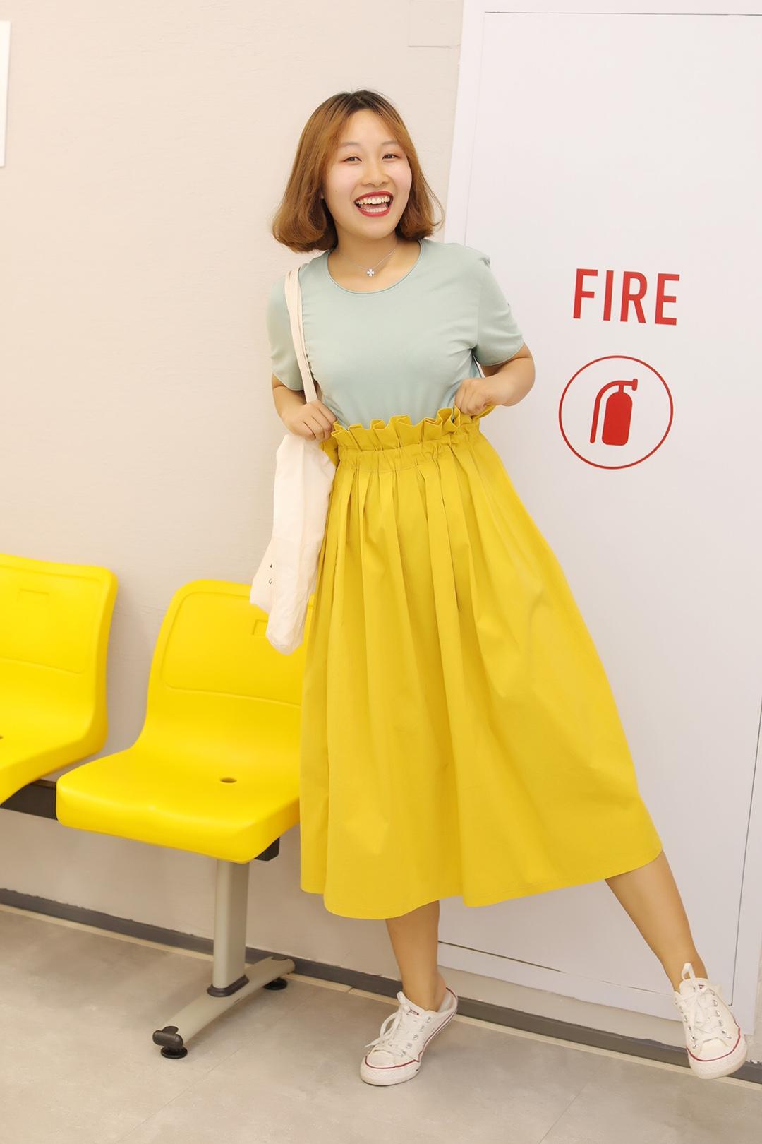 #盘点对梨形身材友好的裙子#  ❤️半身长裙很显腿长! 腰身花边的设计也很特别!! 黄色更是亮眼, 饱和度这样高想不显眼都不行! ❤️浅绿色上衣也是嫩炸了, 条纹元素可以说是很经典了! 任何一件单品都很百搭!