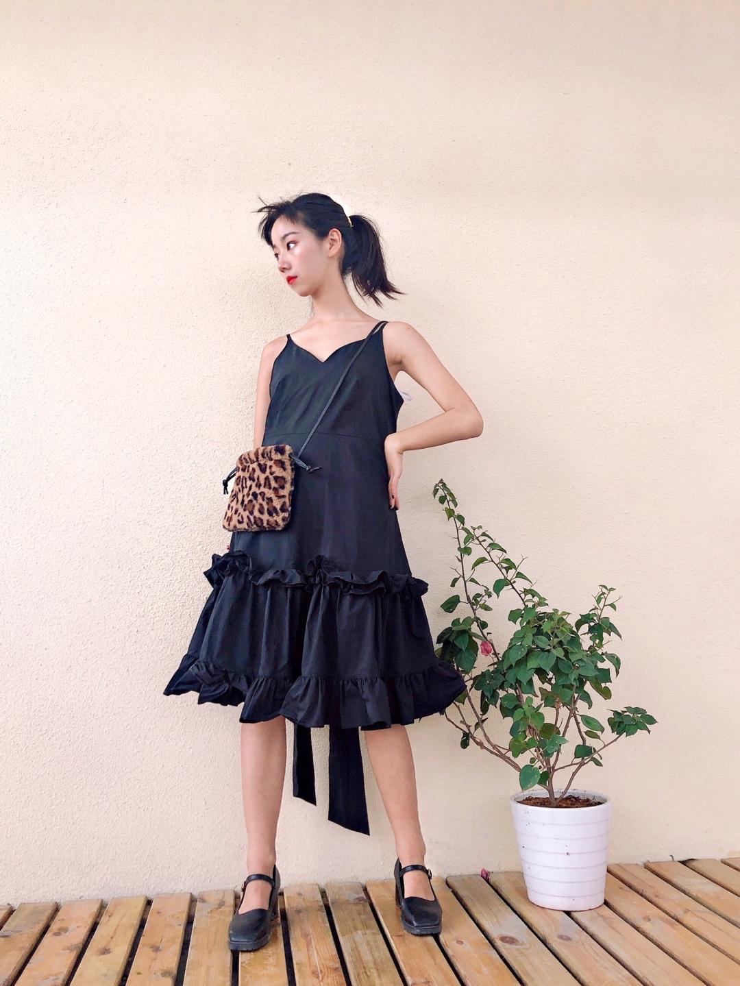 #仙女长裙,我心动了!#  黑色真的超级显瘦哦~ 吊带设计多层褶皱花边真的不要太心动啦 超级仙的黑色连衣裙哦!