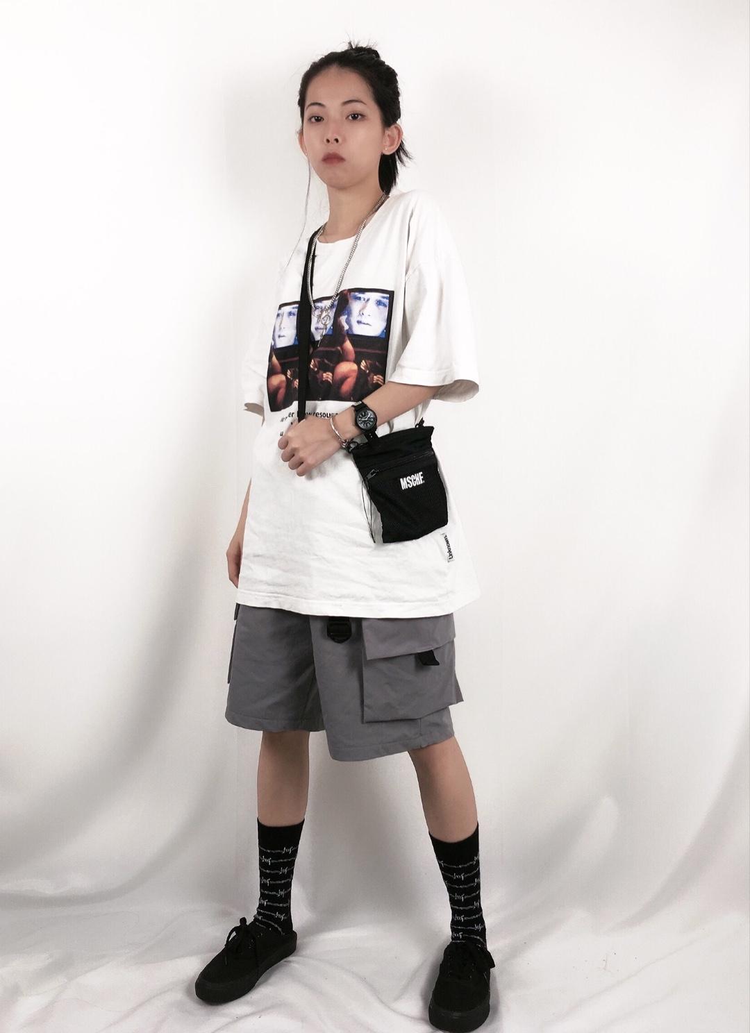 #分享T恤的100种穿法# 🖤ash穿搭分享🖤 上衣 :Unbreakable        裤子 :工装五分裤实体入 斜挎包:MSCHE 袜子:食钓 鞋子:vans黑武士 全身偏可运动风为主 个人比较喜欢这样穿搭 因为真的很舒服 但是建议矮个子的女孩纸要买M码的👔 衣服上的印花也是深得我心 面料也超舒服~ 斜挎包与鞋子色调相呼应 还有袜子荆刺图案也超好看 整体是很简单的搭配 白色t+灰色工装五分裤的日常穿搭 给人休闲又大方活力的感觉