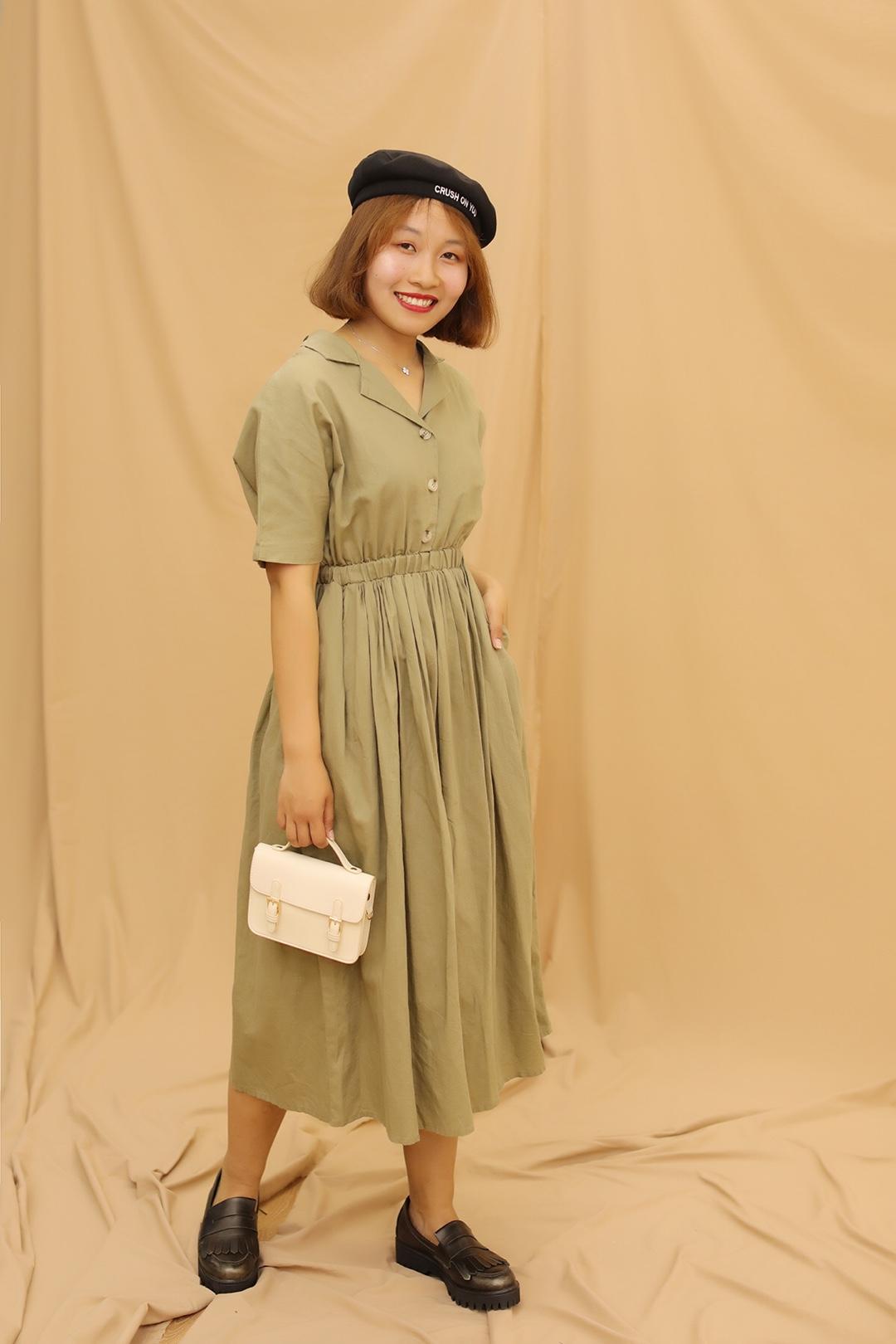 #MOGU STUDIO#  连衣裙有收腰的设计, 👌啦,显腰身,妥妥的! V字领,有些小性感! 整件连衣裙有些复古的感觉! 贝雷帽更是增加了俏皮可爱之感! 爱哇~