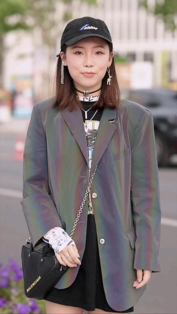 这位上海小姐姐,每月所有的钱都花在穿搭上?#上海# 小仙女们买过最贵的单品是什么?
