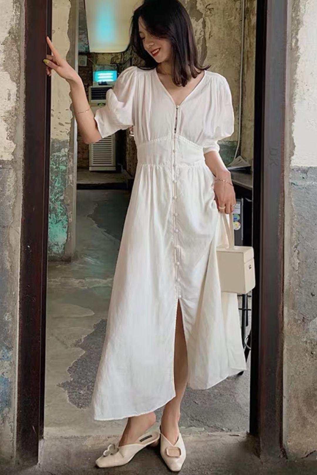 #不p图也能拥有大长腿!# 5法式白色v领亚麻连衣裙 单排扣收腰长裙 腰线位置很好的提高了比例 然后白色的颜色 特别舒服 因为是白色的长裙 所以我的搭配就尽量简单一些 白色的单鞋 修长腿 然后白色的方块手提包 让整体的搭配比较有意思一些