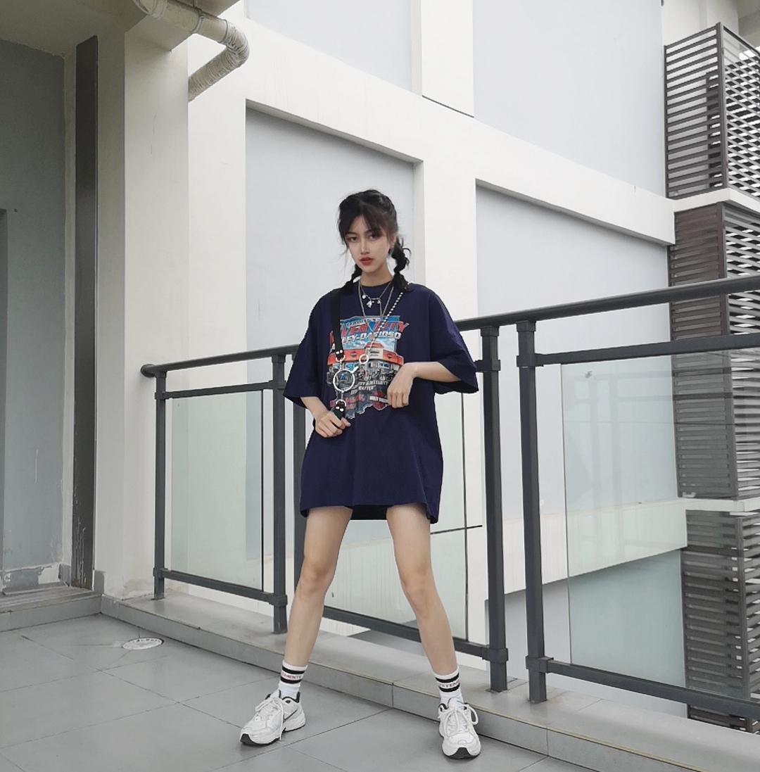 #韩系网红风,也太太太好看了!#  从韩国流行起来的下半身失踪风格 一直没有过时的穿搭法哦 露出白白的大腿和你纤细的脚踝! 大t短裤才是吸睛神搭! 跟着网红穿大家都是仙女啦
