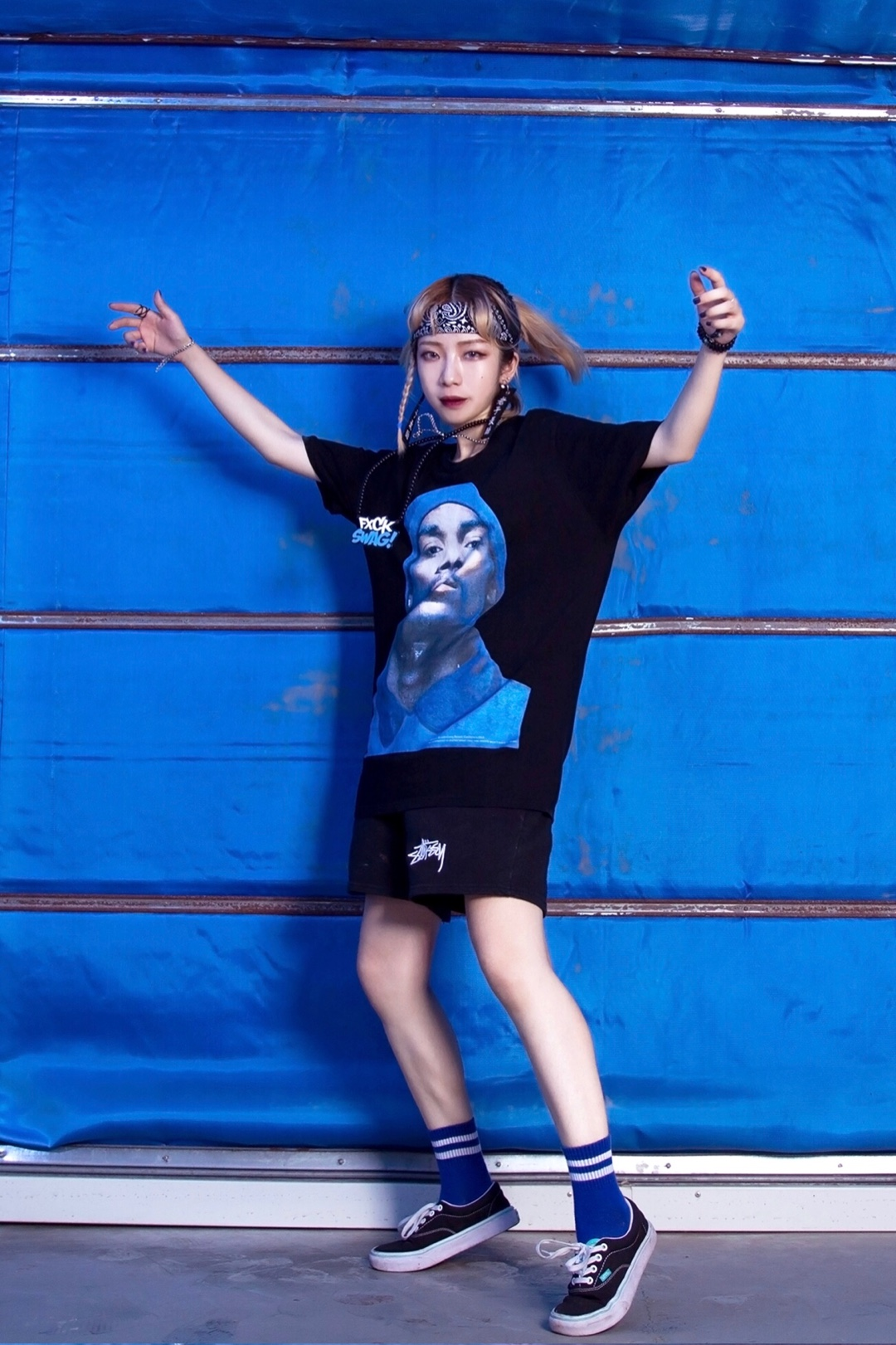 比较有个性的一套黑蓝配色的穿搭,狗爷的T恤穿上就自带气场。 梳起高马尾绑上头巾非常酷,两侧编好辫子可以视觉瘦脸,适合夜晚去蹦迪的造型。 配饰各种花里胡哨的往上叠,增加细节也流露出浓浓的hiphop味道。 #今夏最爆t恤长什么样#