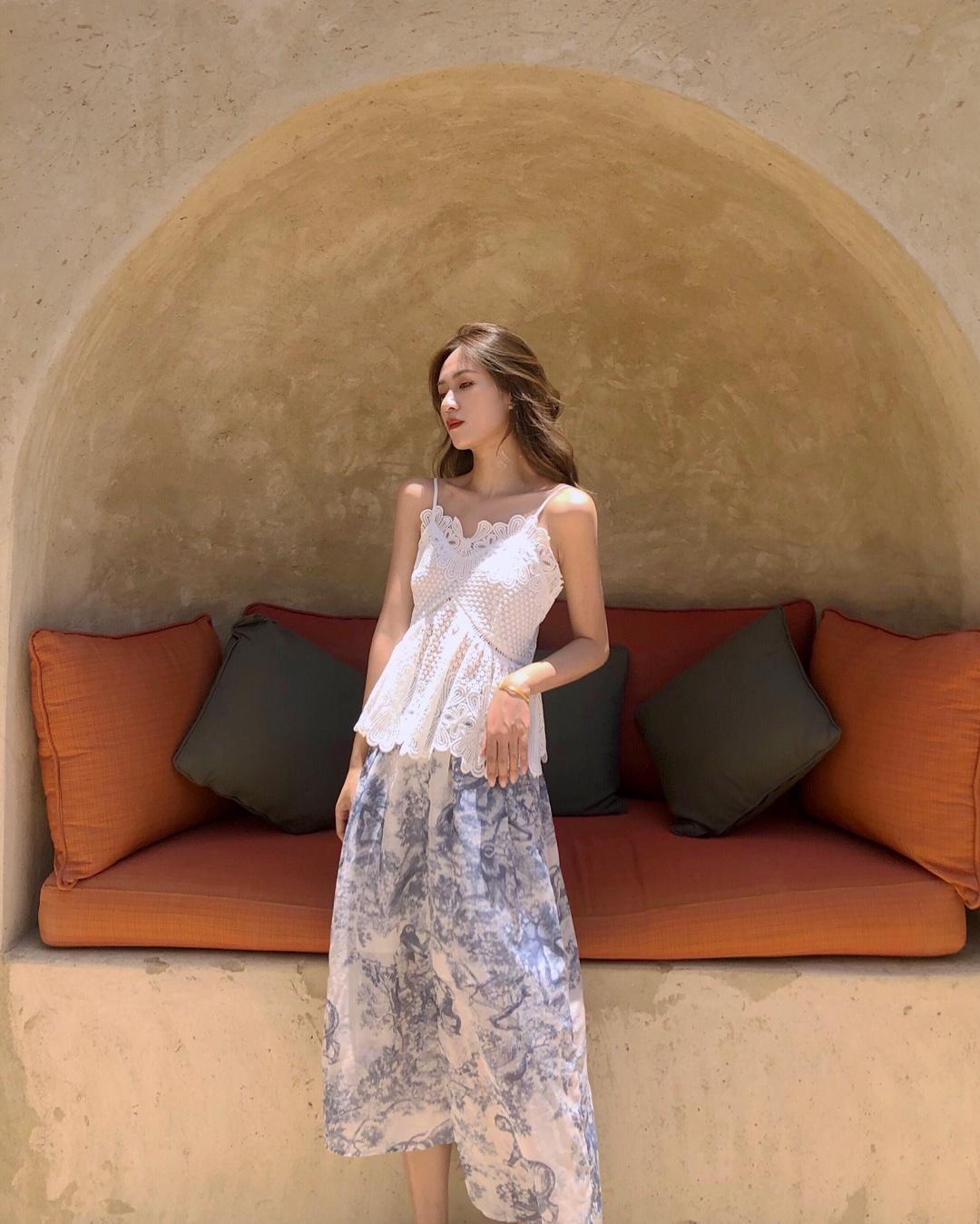 酷热的夏季 清凉吊带穿起来 今天选择了很清凉的半身裙看起来太温柔了 今日份度假穿搭get起来吧~ #高温预警!清凉套装不穿不行#