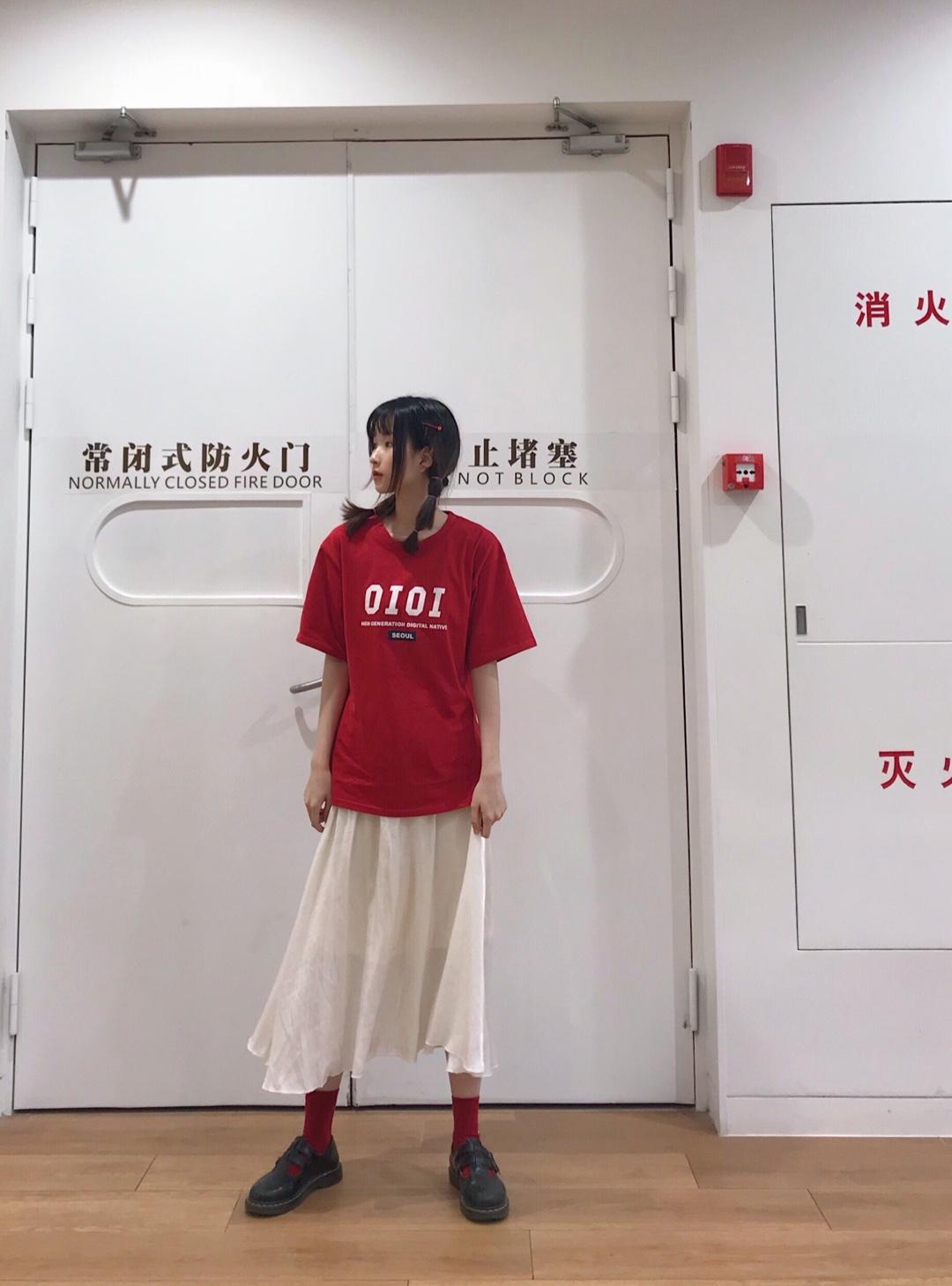 红色炒鸡显白!! ins风的字母印花T+仙仙的白裙 打破t恤配牛仔裤的常规~ 这样穿显得很休闲又有点仙仙的  而且很遮腿! 很特别!! #这么穿跟小腿肌说拜拜!#