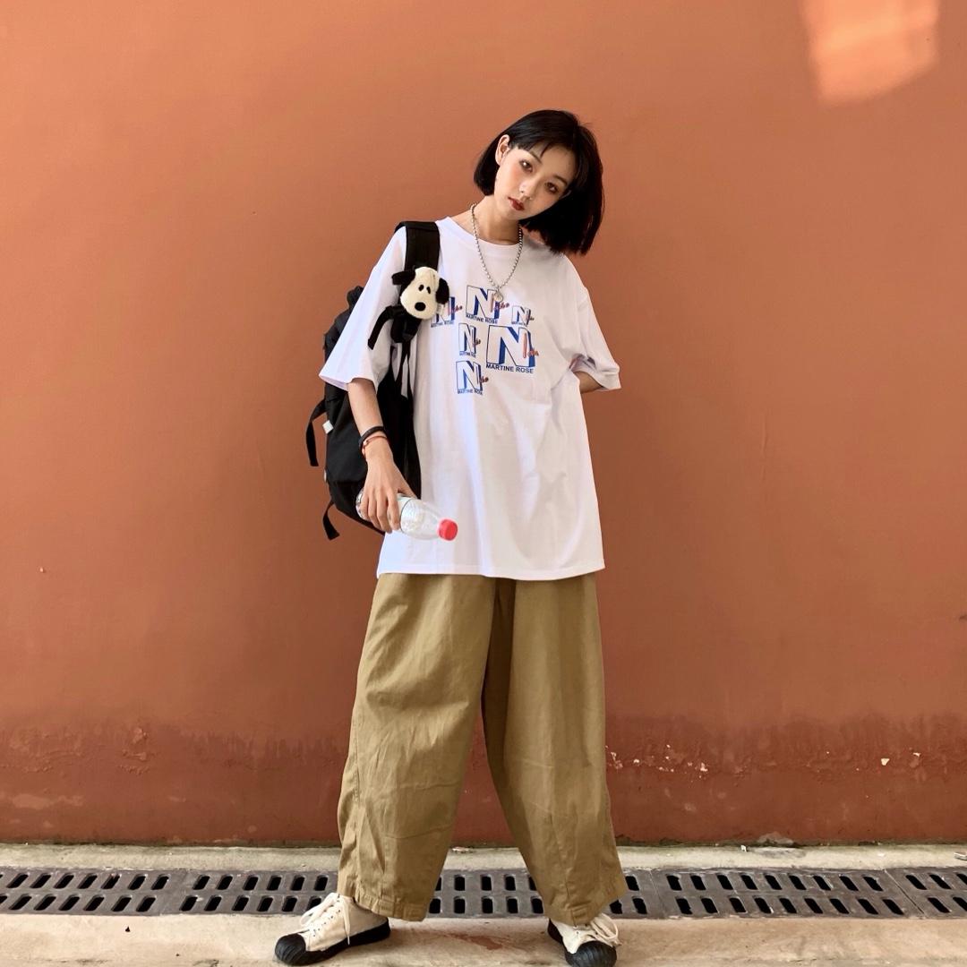 #韩系网红风,也太太太好看了!#   选择一件宽宽大大的男友风t恤 休闲感街头感就会很足噢 选择的这条卡其色阔腿裤是 非常好穿的一条裤子 百搭而且很舒服