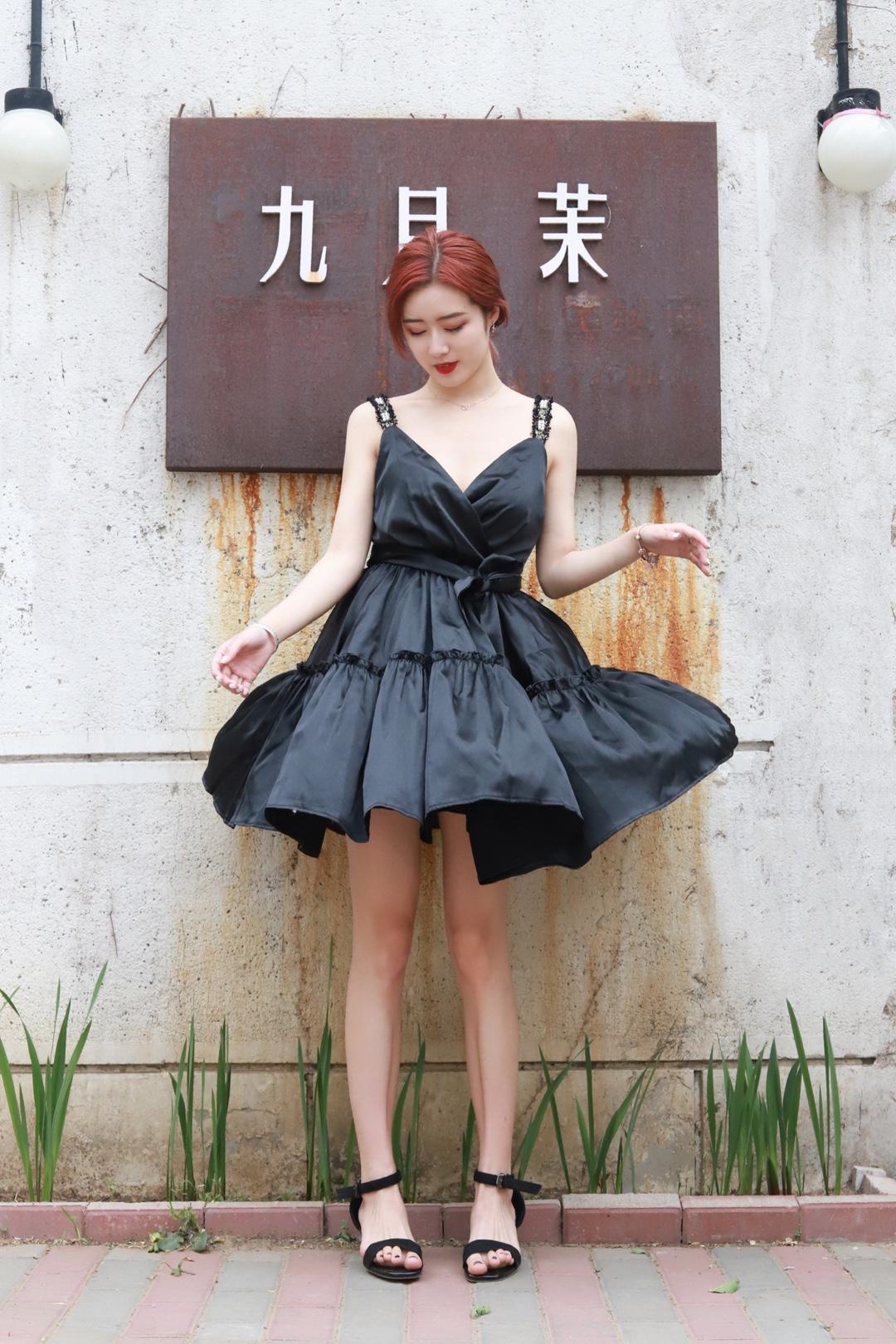 要说最最百搭的又很难搭配失误的颜色,必定是经典的黑色了。黑色的确是一种经得起时间考验的颜色,在时尚界从未 out 过,而数到每个女生衣柜必备的黑色时尚单品,当然是经典不败的小黑裙Little Black Dress!#心机显瘦LOOK,稳坐朋友圈C位# 一件小黑裙,永远不显过度打扮,也不至疏忽打扮。露出精致的锁骨 展现出女性的独特魅力 再搭配一双黑色高跟鞋 简直就是美不胜收