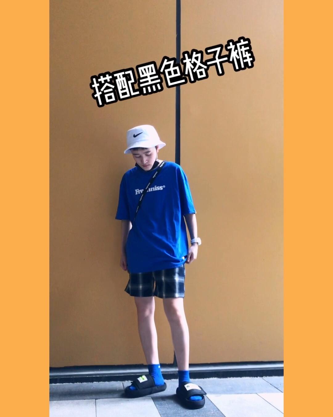 #韩国小姐姐夏天都这么穿!# 夏日亮色之宝蓝色T恤,出街十分抢眼,袜子也穿的蓝色,和衣服相呼应,搭配运动拖鞋特别合适,也不会很热。 水瓶字母挂带,最适合夏天的配饰之一,好看又实用,天热了挂瓶冰汽水保命