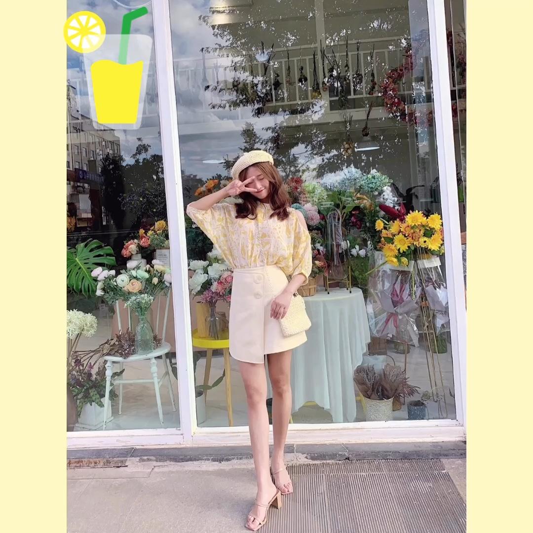 #偶像剧季节,女主脱单这么穿!# 黄色碎花衬衫+奶黄短裙       夏日感满满的小碎花,黄色会更显活力哟 裙裤的版型超显腿长,夏天就该这么穿 这条黄色的碎花衬衫非常有度假风和法式田园风哦.上身效果也是很显瘦的!是适合去约会的套装哦