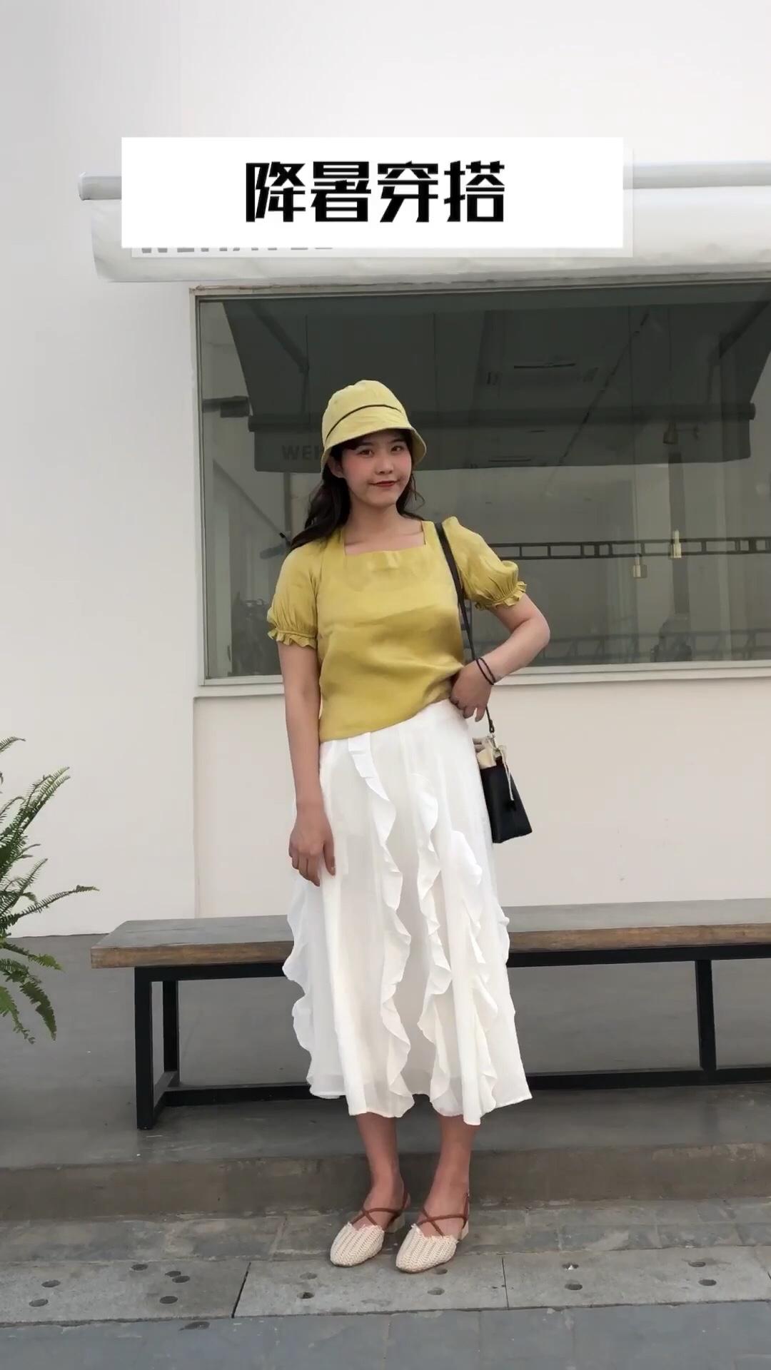 #618精选高腰单品,靓妹必入#  黄色+白色的清爽降暑穿搭 宽松的版型的上衣 亮丝的设计好起来特别有质感啦 黄色的上衣搭配同色系的帽子 同色系的穿搭特别亮眼啦 搭配上高跟凉鞋 很夏天的感觉哦~