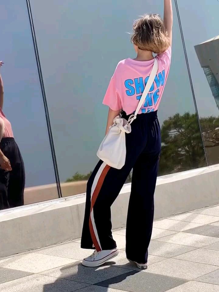 #不种草是不可能的夏日休闲搭# 背后的大字母印花撞色呈现 宽宽大大的版型,BF风哦~可以跟男票一起穿哒 当下流行的牛油果奶绿色和小仙女的代表色粉双色 舒适的面料上身轻轻松松适合各种场合 下身的裤子是舒适的松紧腰设计 裤脚还有时尚的开衩设计,不单调哦 这次的休闲裤依日是好看的 舒适的面料上身轻轻松松给您带来酥糊的体验 宽松版型随性简约的感党