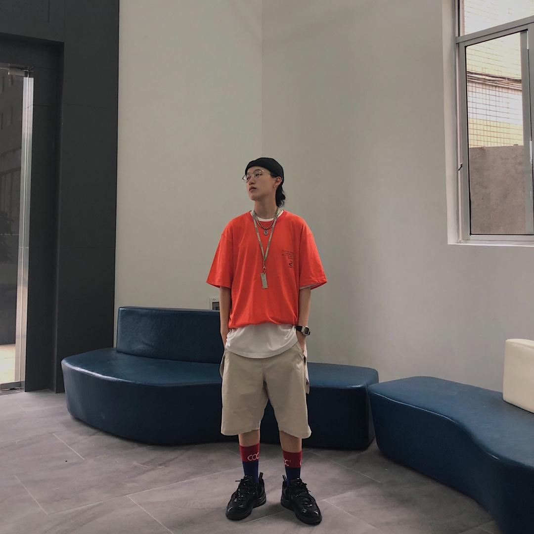 #六月30℃降暑穿搭,全部拿下!#   衣服:rw 橙色衣服作为整体搭配的亮点,也作为主体搭配,其他的搭配都为了更好的衬托橙色短袖,小的印花也给整体增加细节。 短裤:rw 白色的短裤来更好衬托衬衫橙色短袖,也更好的形成对比,让整体效果主次分明。 鞋子:nike 选择这双黑色的鞋子来作为整体搭配的结尾,也和整体色系产生反差。 整套衣服的搭配十分有亮点,橙色十分显眼。
