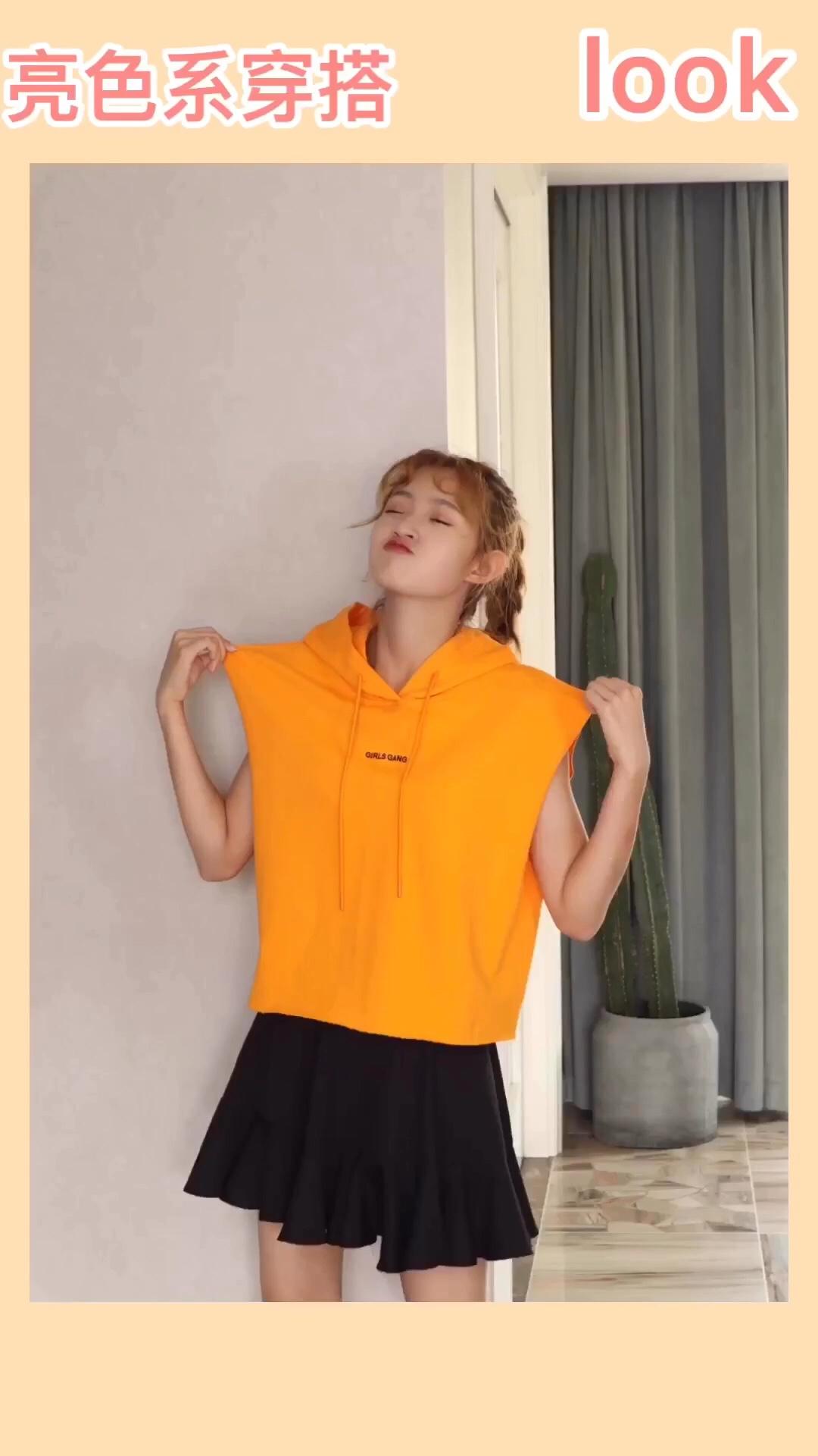 #南方暴雨天,明亮色拯救心情!#  身高166,体重88,试穿s码 hello大家好,本期介绍的是一件活力橙无袖卫衣 夏天穿很清爽凉快啦,虽然是无袖设计但是袖口的设计可以遮住手臂粗诶