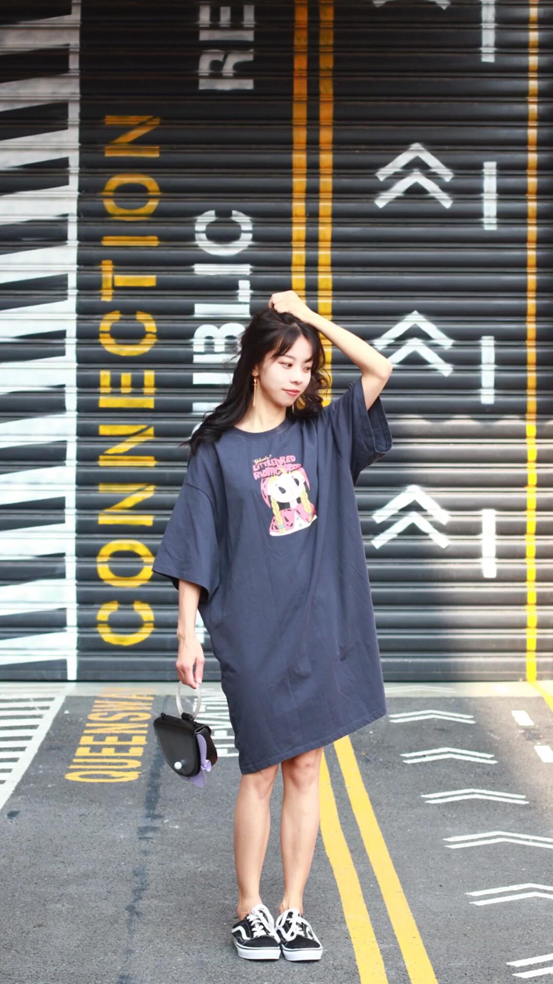#蘑菇街新品测评# 这件T恤裙真的太可爱啦! 印花图案非常有趣,质量也特别棒, 少女又活力!
