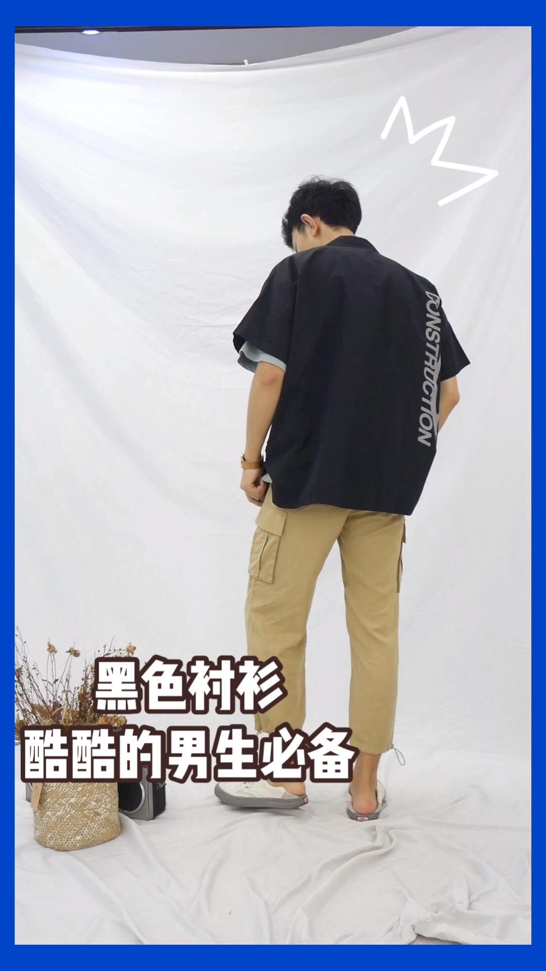 #九头身好比例全靠穿!# 高腰束口裤太显身材 搭配宽松的上衣外套 简单舒服的黑色比较百搭一点 内搭绿色短袖也是很nice的 裤子的抽绳设计比较独特 好要显腿长很明显 爱了